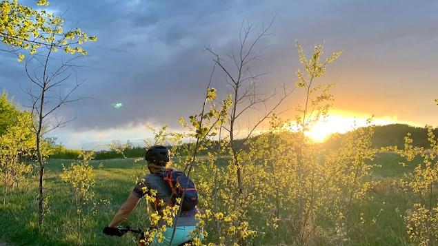 Un cycliste roule sur un chemin dans le parc Terwillegar.
