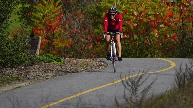 Un cycliste en pleine action à Ottawa.