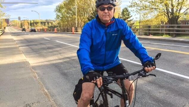 Sylvain Champagne emprunte le pont Jacques-Cartier en vélo pour aller au travail.