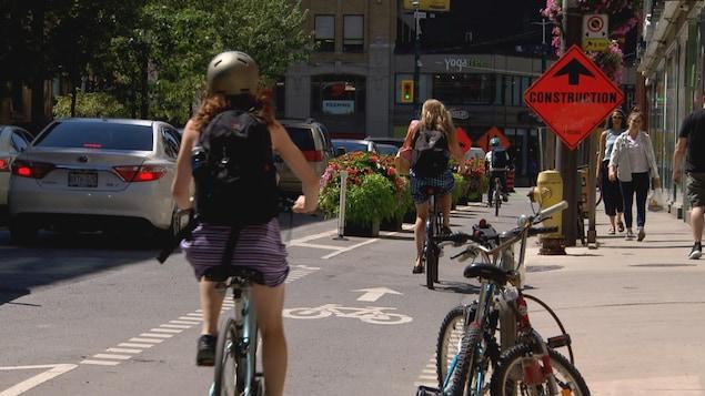 des vélos sur une piste cyclable de Toronto