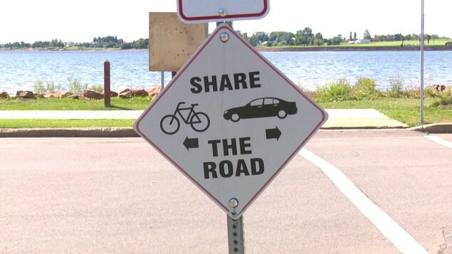 Un panneau routier demandant aux automobilistes de partager la route avec les cyclistes à Charlottetown.