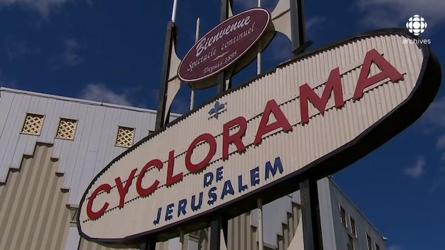 Plan rapproché de l'enseigne annonçant le Cyclorama.