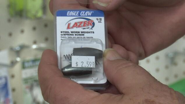 Deux poids de pêche en acier sont en vente pour 2,50 $, soit le double du prix des poids fabriqués en plomb.