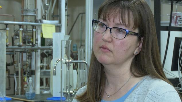 La professeure se trouve dans un laboratoire du Département de chimie de l'université ontarienne.