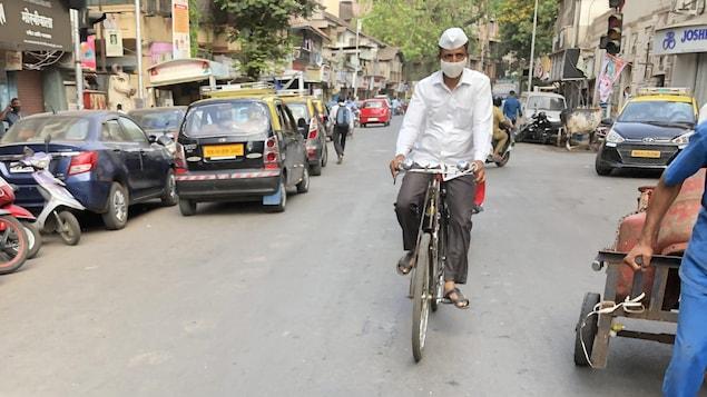 Urjit sur son vélo.
