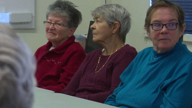 Des dames à l'écoute de la lecture du livre «Partir».