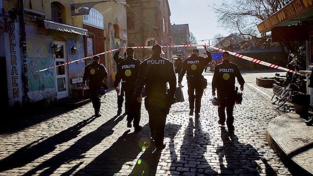 Des policiers effectuent un raid dans le quartier Christiania, à Copenhague, au Danemark.