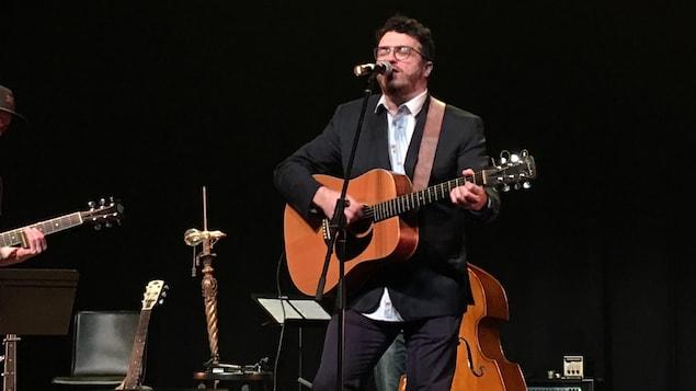 Alan Côté chante