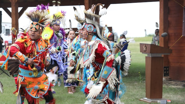 Une danse traditionnelle lors de la rencontre du 6 juillet 2021 entre le premier ministre du Canada, Justin Trudeau, le premier ministre de la Saskatchewan, Scott Moe, et le chef de la Première Nation Cowessess, Cadmus Delorme.