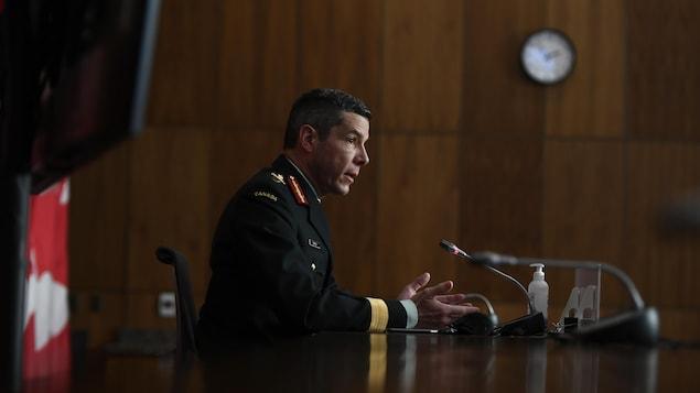 Le major-général Dany Fortin en conférence de presse.