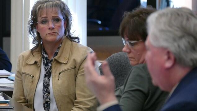 Daphne Penrose, la protectrice des enfants du Manitoba, répondant aux questions du Comité permanent des affaires législatives.