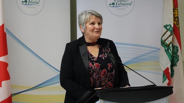 La ministre de finances Darlene Compton fait un discours.