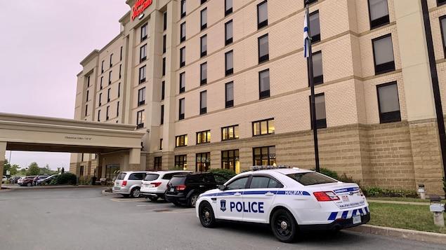 Une voiture de police garée devant l'hôtel.
