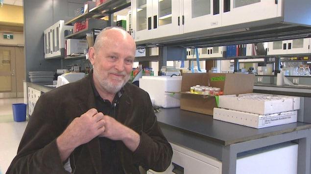 Daryl Pullman dans un laboratoire.