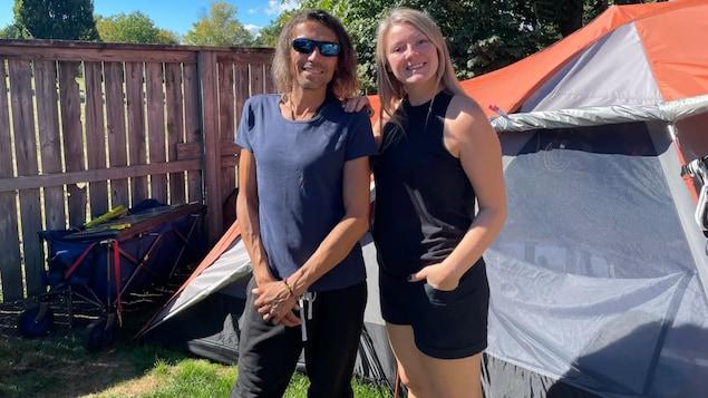 David McDonald et Kim Cormier posent dans la cour arrière près de la tente de David.