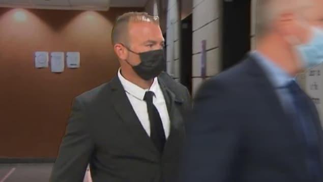 David Ross sort d'une salle d'audience au palais de justice de Montréal.