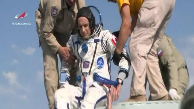 L'astronaute David Saint-Jacques a été le dernier à sortir de la capsule spatiale Soyouz.