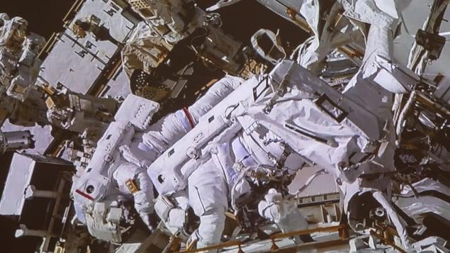 Les astronautes David Saint-Jacques et Anne McClain, lors d'une marche dans l'espace.