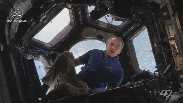L'astronaute David Saint-Jacques en apesanteur.