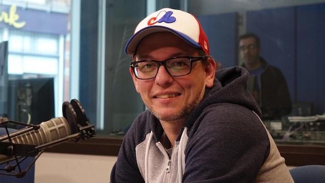 David Robichaud, professeur de philosophie à l'Université d'Ottawa, assis devant un micro dans un studio de Radio-Canada.