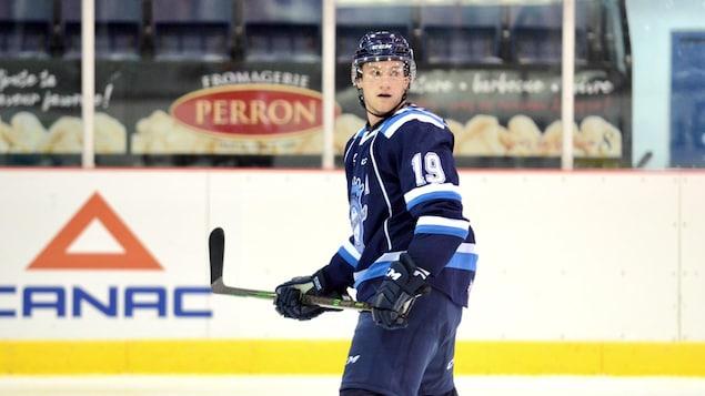 L'attaquant Dawson Mercer se trouve sur la glace.