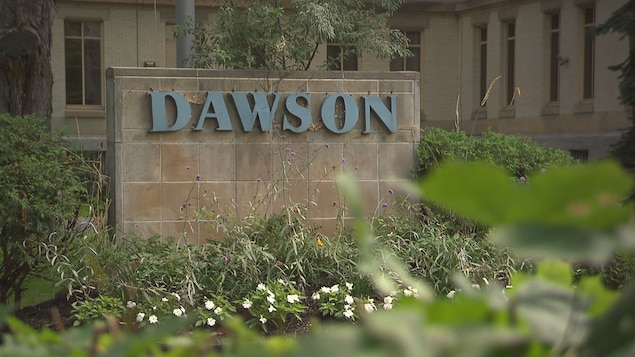 L'enseigne du Collège Dawson.