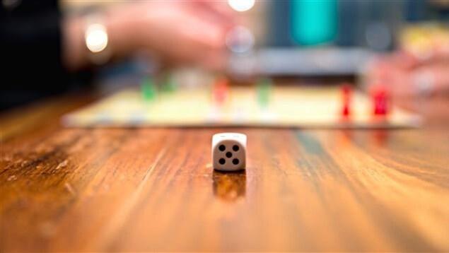 Un dé à jouer posé sur une table.