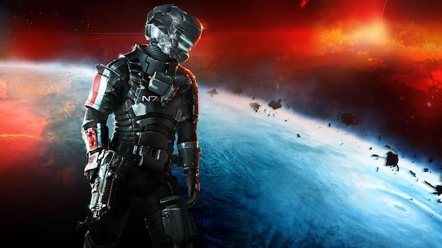 Un homme armé dans une combinaison spatiale futuriste, sur fond de planète entourée de débris, dans l'espace.