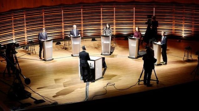 Un plan large du plateau du débat des candidats à la mairie