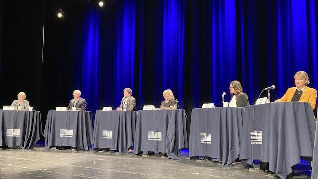 Jacinthe Vaillancourt, Serge Simard, Claude Côté, Catherine Morissette, Julie Dufour et Josée Néron se préparent à débattre.