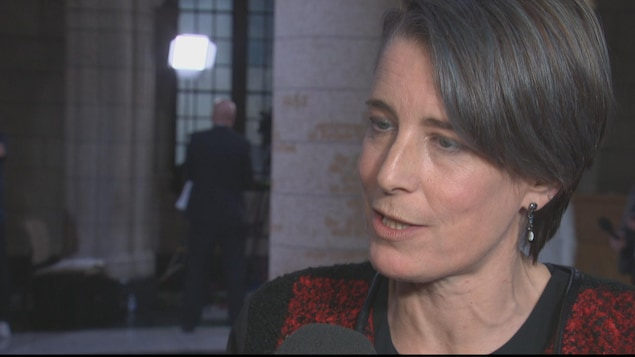 La femme est interviewé dans le foyer de la Chambre des communes.