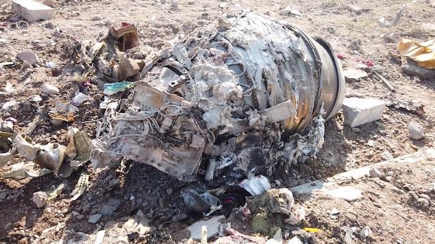 Des débris du Boeing 737 jonchent le sol.