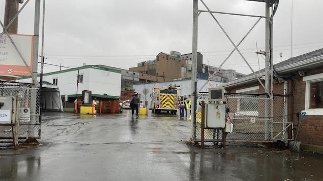 Un camion de pompiers devant la fonderie Horne.