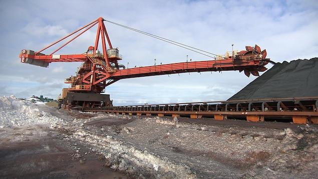 Déchargement de minerai en provenance de la mine du lac Bloom