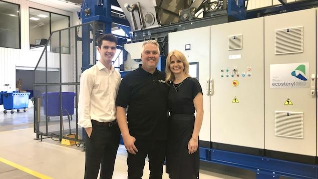 Trois personnes dans une usine de gestion des déchets biomédicaux.