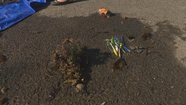 Des fils de pêches et des leurres déposés sur la plage de New Richmond