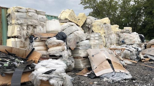 Une pile de déchets de plastique.