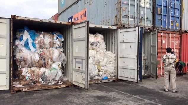 Des conteneurs remplis de déchets en plastique.