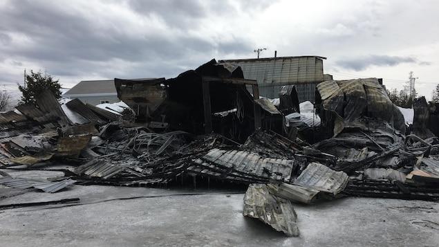 Les décombres laissés par l'incendie.