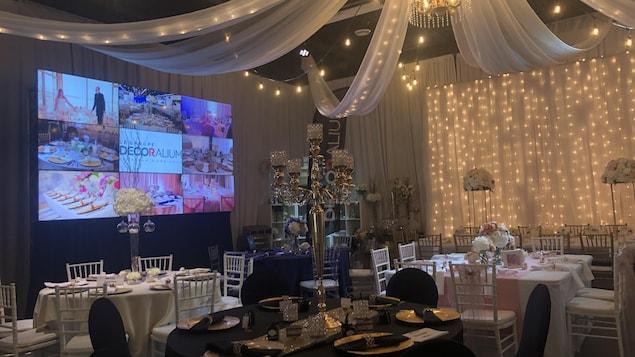 Une salle de réception montée pour un mariage.