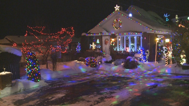Une maison décorée de plusieurs lumières
