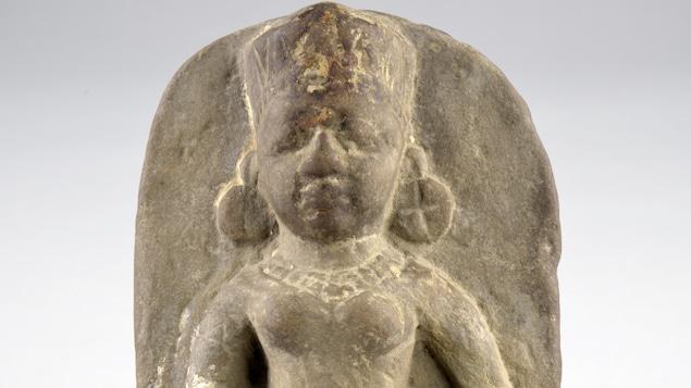 Une statue en pierre d'une divinité hindou.