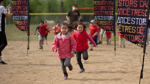 Des jeunes qui courent.