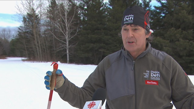 Un homme qui fait du ski de fond donne une entrevue.