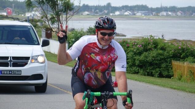 Un cycliste salue le photographe au passage.