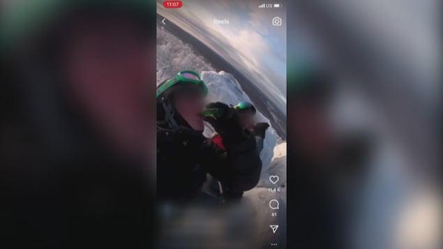 Deux skieurs en haut d'une pente calent une mini-bouteille de spiritueux.