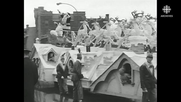 Le père Noël salue la foule lors du défilé de Noël de 1963.