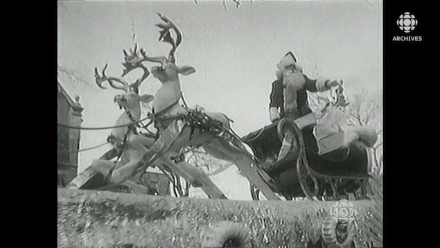 Le Père Noël sur son traîneau sur un chariot de défilé.