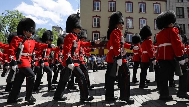 Défilé de soldats du Royal 22e Régiment à Québec le 3 juillet