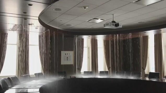 De l'eau coule dans une salle de l'hôtel de ville de Québec